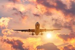 Wieczór lot, ukończenie lot samolot, ląduje przy lotniskiem przy zmierzchem i pięknym niebem obraz royalty free