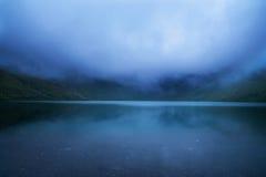 Wieczór mgła na halnym jeziorze Fotografia Stock
