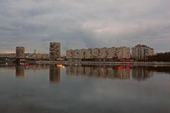 Wieczór miasta bulwar w chmurnej pogodzie fotografia stock