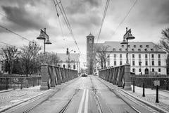 Wieczór miastowy krajobraz - widok Najwięcej Piaskowy piaska mostu nad Oder rzeką, Wrocławski fotografia stock