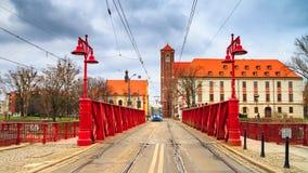 Wieczór miastowy krajobraz - widok Najwięcej Piaskowy piaska mostu nad Oder rzeką, Wrocławski zdjęcie royalty free