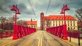 Wieczór miastowy krajobraz - widok Najwięcej Piaskowy piaska mostu nad Oder rzeką, Wrocławski obrazy royalty free