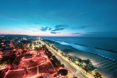 Wieczór morze i plaży panorama przy zmierzchem Montesilvano, Włochy Zdjęcia Stock