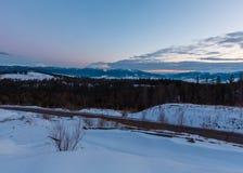 Wieczór mrocznej zimy grani halna panorama zdjęcia stock