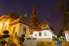 Wieczór na Buddyjskiej świątyni Wat Bowonniwet Vihara Bangkok fotografia royalty free