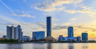 Wieczór na centrum biznesu Ekaterinburg lata niebo pogodny Obraz Royalty Free