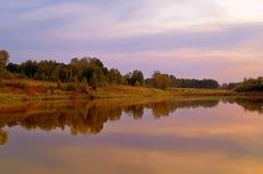Wieczór na jeziorze w Sierpień Zdjęcia Royalty Free