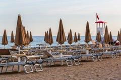 Wieczór na plaży z pustymi bryczka holami fotografia stock