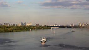 Wieczór nawigacja na rzece zbiory wideo