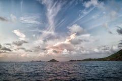 Wieczór niebo z chmurami w błękitnym morzu w gustavia, stbarts Dzika natura, środowisko i ekologia, Wakacyjny miejsce przeznaczen obraz stock