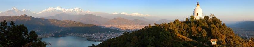 Wieczór panoramiczny widok światowego pokoju stupa, Phewa jezioro, Pokhara i wielki himalajski pasmo, Annapurna, Manaslu, Nepal h fotografia stock