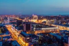 Wieczór pejzaż miejski od dachu Domy, handli centra, nocy światła votary Fotografia Royalty Free