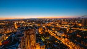 Wieczór pejzaż miejski od dachu Domy, nocy światła Voronezh d Zdjęcie Royalty Free