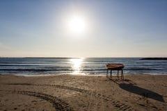 Wieczór plaża przy zmierzchem w obrysowywającym świetle obraz royalty free