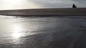 Wieczór przy plażą morzem zbiory wideo