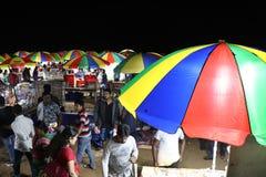 Wieczór rynek przy Puri morza plażą Ludzie kupują wyśmienicie dennych foods obrazy stock