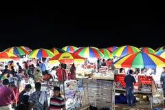 Wieczór rynek przy Puri morza plażą Ludzie kupują wyśmienicie dennych foods obraz stock