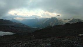 Wieczór timelapse w górach Elbrus w Północnym Kaukaz przed deszczem zbiory