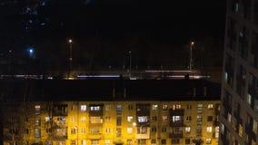 Wieczór timelase budynek z ludźmi sylwetek w okno Przypadkowy miastowy miasta życie kreskówki śmiesznych ilustraci odosobnionych  zbiory wideo