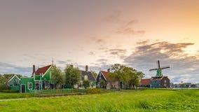 Wieczór uliczny widok na typowo tradycyjnym holendera domu, wiatraczku, dziejowej architekturze i moście przy Zaanse Schans, obraz stock