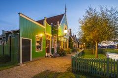 Wieczór uliczny widok na typowo tradycyjnym holendera domu, wiatraczku, dziejowej architekturze i moście przy Zaanse Schans, zdjęcia stock