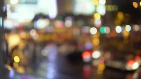 Wieczór w dużym mieście światło od lampionów w podwórzu dom w którym parkujący samochody zbiory wideo