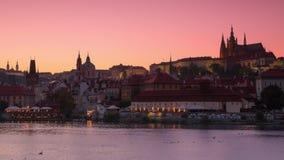 Wieczór w Praga na Vltava rzece Czasu upływ 4K zbiory wideo