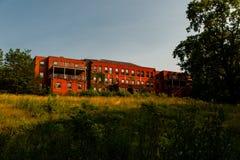 Wieczór widok Akron, Ohio - Zaniechany Edwin Shaw szpital - zdjęcie royalty free