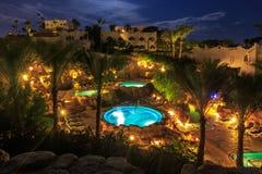 Wieczór widok dla luksusowych pływackich basenów w nocy iluminaci Fotografia Royalty Free