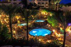 Wieczór widok dla luksusowych pływackich basenów w nocy iluminaci Zdjęcia Stock