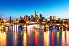 Wieczór widok Frankfurt magistrala, Niemcy - Am - zdjęcie stock