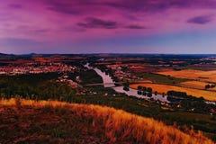 Wieczór widok Labe rzeka z generała Chaber mostem i Tyrs mostem między Litomerice miastem i Mlekojedy wioską gdy przeglądać Zdjęcia Stock