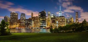 Wieczór widok lower manhattan przez mosta brooklyńskiego parka, NYC Obraz Royalty Free