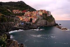 Wieczór widok Manarola na falezie -- zadziwiająca wioska w Cinque Terre, Włochy Zdjęcia Stock