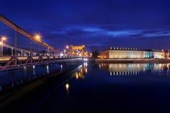 Wieczór widok na biurze regionalnym z Grunwaldzki mostem Zdjęcie Stock