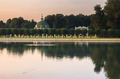 Wieczór widok przez pałac stawu na parkowym pawilonu ` groty ` w nieruchomości Kuskovo, Moskwa Obraz Royalty Free