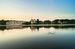 Wieczór widok przez stawu na kościół z dzwonkowy wierza w nieruchomości Kuskovo i pałac, Moskwa Obraz Royalty Free