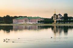 Wieczór widok przez stawu na kościół z dzwonkowy wierza w nieruchomości Kuskovo i pałac, Moskwa Obrazy Royalty Free