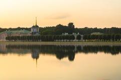 Wieczór widok przez stawu na kościół z dzwonkowy wierza w nieruchomości Kuskovo i pałac, Moskwa Zdjęcia Stock