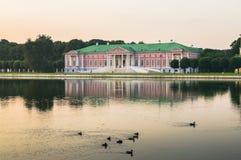 Wieczór widok przez stawu na pałac w nieruchomości Kuskovo, Moskwa Zdjęcie Royalty Free
