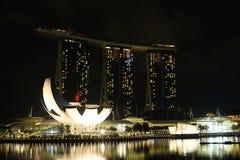 Wieczór widok Singapur Piękni drapacze chmur i złoto światła Fotografia Stock
