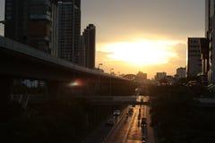 Wieczór wschód słońca koloru złocisty niebo, chmurny i ludzie iść do domu odgórny widok na niebo dworcu obraz royalty free