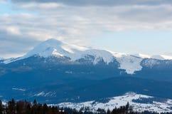 Wieczór zimy dnia góry chmurna grań Zdjęcie Stock