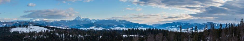 Wieczór zimy mroczny śnieg zakrywał halną grań Ukraina, Karpacki obraz stock