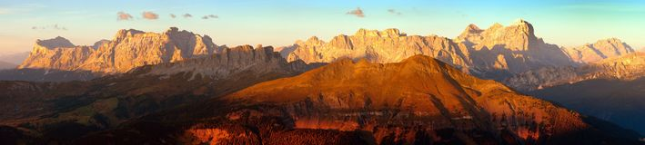 Wieczór zmierzch barwił panoramicznego widok Alps dolomitów góry od Col Di Lana, Tofana, Fanes i inny, Włoscy dolomity obrazy royalty free
