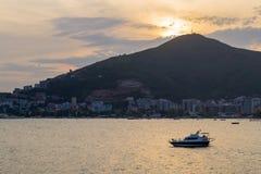 Wieczór zmierzch morze z statkiem na wodzie Montenegro Budva Zdjęcie Stock