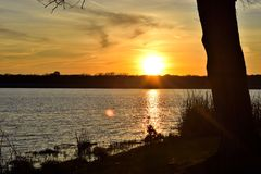 Wieczór zmierzch przy jeziorem obrazy royalty free
