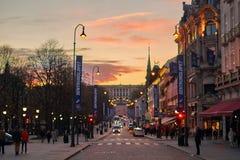 Wieczór zmierzchu widok Karl Johans bramy ulica w Oslo centrum miasta z Royal Palace na wzgórzu zdjęcie stock