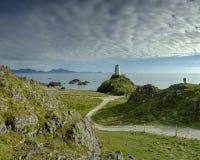 Wiecz?r ?wiat?o na Twr Mawr Lekkim domu na Llanddwyn wyspie, Anglesey, UK obrazy royalty free