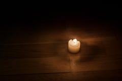 Świeczka w zmroku Zdjęcie Royalty Free